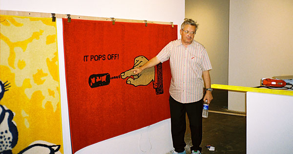 Mark Mothersbaugh, de Devo, presentando una exposición de sus pinturas.